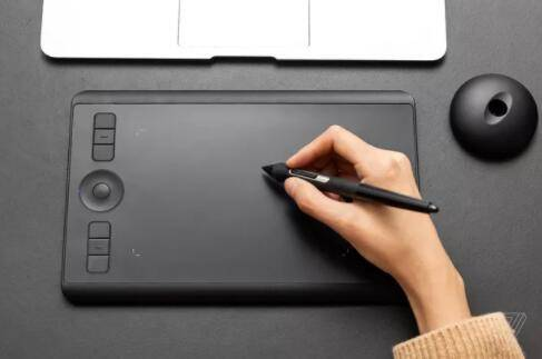 Intuos Pro Small一款便携式绘图平板电脑