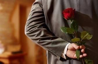 拿着玫瑰的男人们