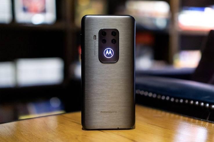 摩托罗拉One Zoom提供了四款摄像头,价格450美元