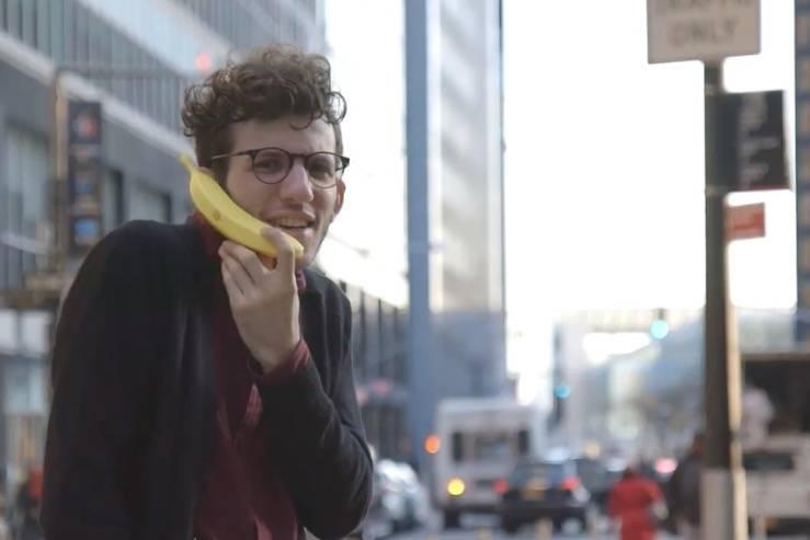 有一款新的香蕉手机,它可以播放香蕉电话
