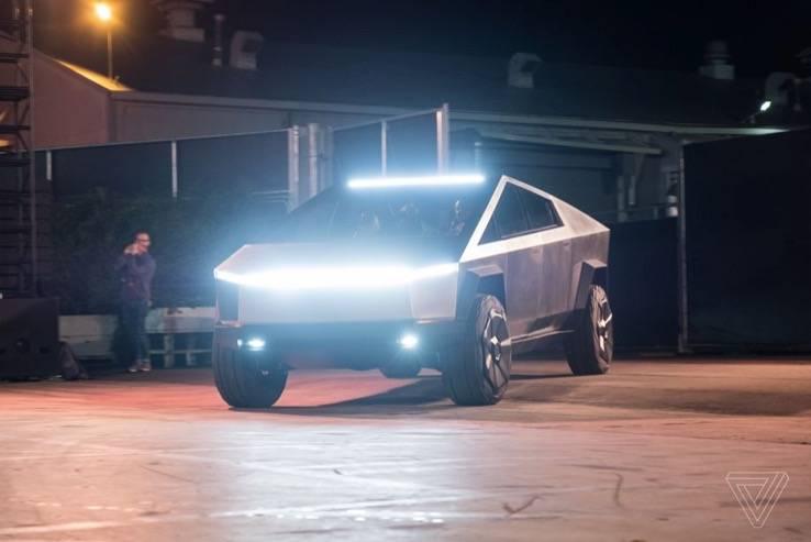 埃隆·马斯克正在洛杉矶驾驶特斯拉的赛博原型车