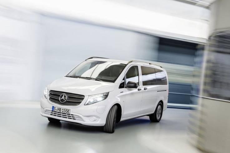 梅赛德斯-奔驰的新款电动面包车充一次电可以行驶200英里
